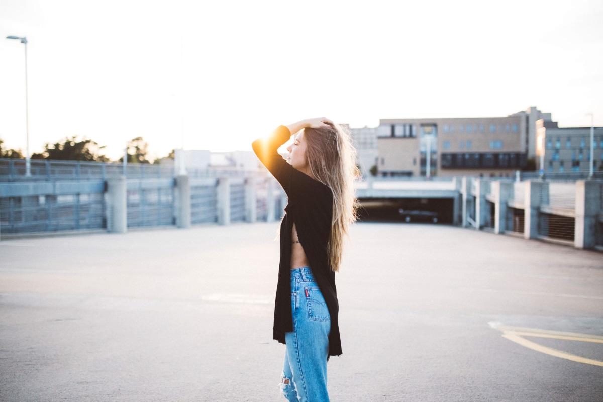 Frau auf Parkdeck mit Kleidung in der Abendsonne. Fashion-Blog selbst erstellen