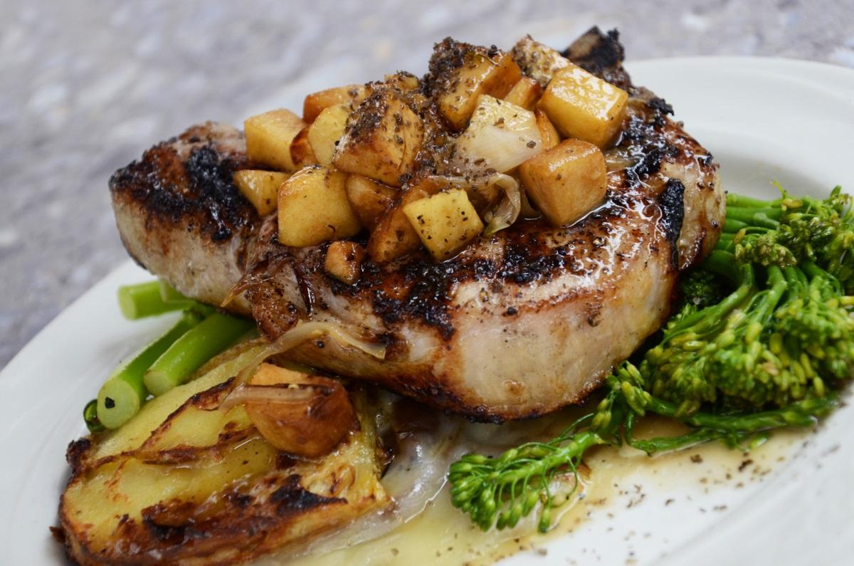 Steak mit Kartoffeln auf Broccoli für den eigenen Foodblog